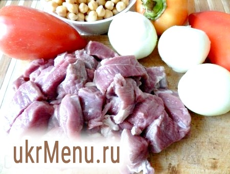 Фото - М'ясо вимити, обсушити паперовим рушником і нарізати невеликими шматочками. Овочі та гриби вимити, очистити і нарізати.
