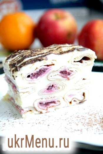 Млинцевий торт з вишнею і заварним кремом