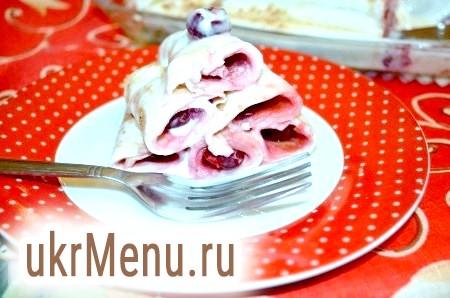 Млинці зі сметаною і вишнею