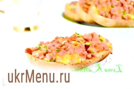 Бутерброди з ковбасою і помідорами в духовці