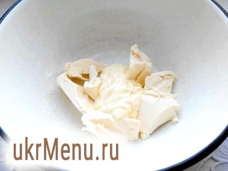 Фото - Плавлений сирок розім'яти, додати майонез.