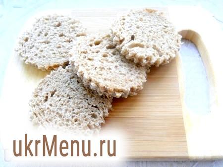 Фото - Формочкою для печива вирізати з м'якушки хліба кружечки.
