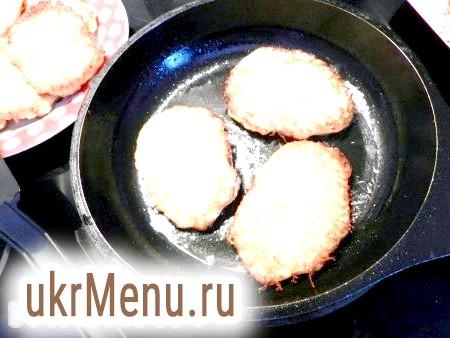 Фото - У сковороді розігріти масло, столовою ложкою викладати картопляну масу і обсмажувати деруни з обох боків до приємного золотистого кольору.
