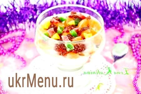 Десерт з морозива та фруктів