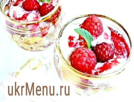 Десерт з персиків і малини