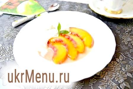Десерт зі свіжих персиків