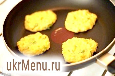 Фото - Обсмажити оладки на сухій сковорідці з двох сторін по 2-3 хвилини з кожного.