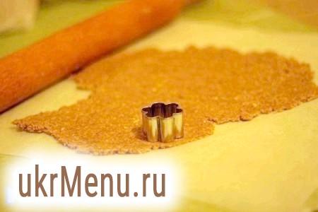 Фото - Розкачуємо його на папері для випічки товщиною 0,3-0,5 см формою вирізати печиво.
