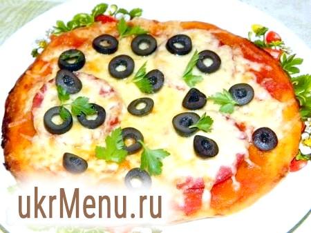 Домашня піца з ковбасою, помідорами і сиром