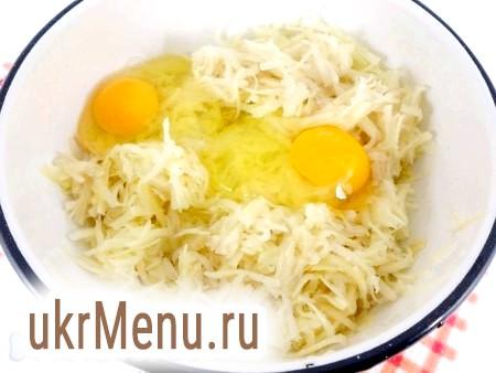 Фото - Картоплю очистити і натерти на крупній тертці. Додати яйця.