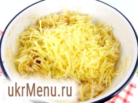 Фото - Добре перемішати і додати в масу натертий на крупній тертці твердий сир.