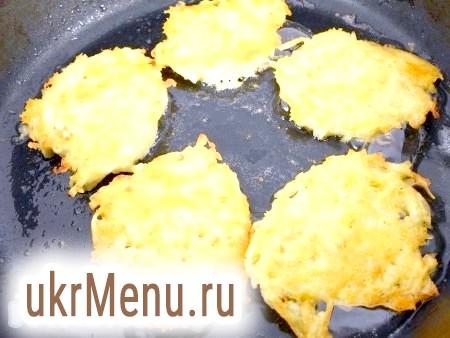 Фото - Влити олію в сковороду, добре розігріти. Викладати ложкою коржі, як оладки. Обсмажувати на середньому вогні з двох боків до красивої рум'яної скоринки.