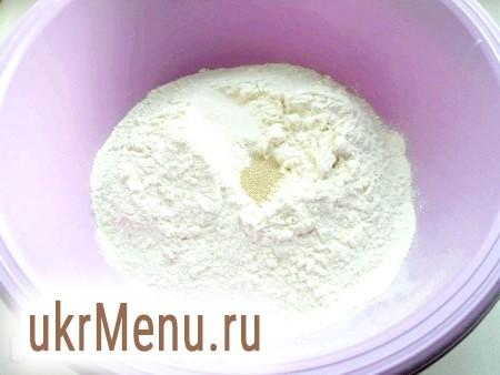 Фото - Борошно просіяти, додати сіль і цукор, всипати дріжджі.