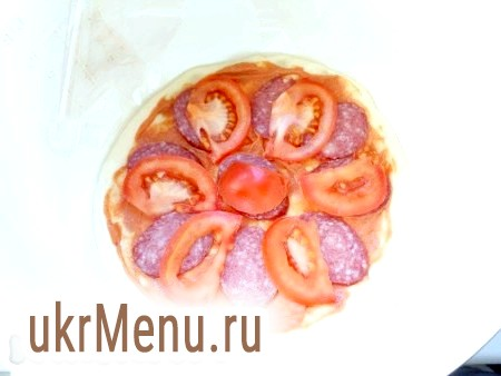 Фото - Далі викласти шматочки ковбаси і помідорів. Трохи посолити і поперчити.