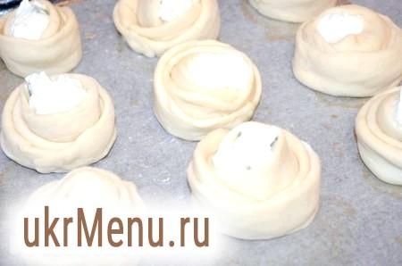 Фото - Викласти дріжджові булочки з сиром на пергамент і залишити на 40 хвилин під рушником. Потім змастити яйцем або молоком.