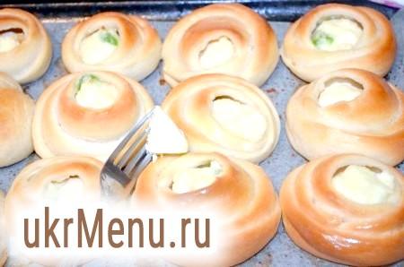 Фото - Пекти при температурі 200 градусів приблизно 30 хвилин до рум'яної скоринки. Готові булочки змастити вершковим маслом і накрити рушником для відпочинку.