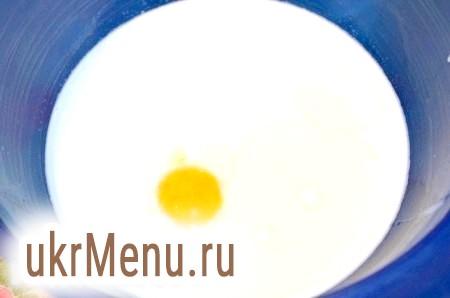 Фото - Перемішати молоко і сметану, підігріти до теплого стану. Додати жовток, масло і цукор. Перемішати.