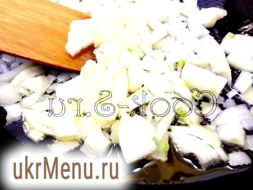 Фото - Покласти в горщики картоплю, фрикадельки, гриби і посолити.
