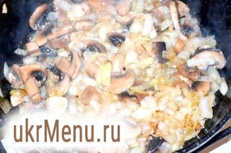 Фото - Обсмажити порізану кубиком цибулю до золотистого кольору, додати гриби і тушкувати 5 хвилин.