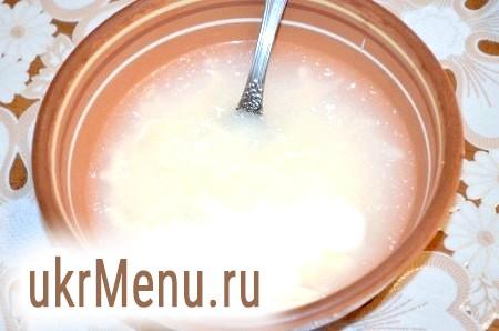 Фото - У миску влити окріп і натерти туди сир. Додати сметану, посолити, поперчити, розмішати.