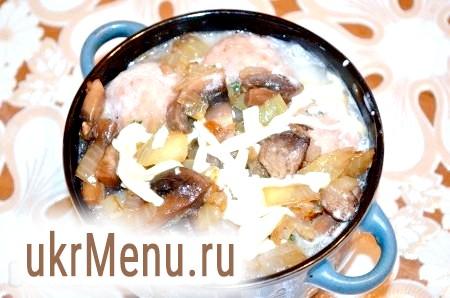 Фото - На фрикадельки помістити гриби з цибулею. Залити сирно-сметанною сумішшю.