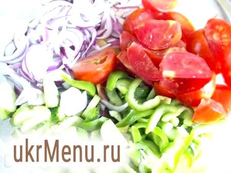 Фото - Ріжемо цибулю і болгарський перець соломкою, помідори - невеликими шматочками, огірки - полукружкамі. Порізані овочі перемішуємо.