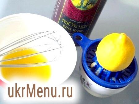 Фото - Лимонний сік збиваємо вінчиком з оливковою олією.