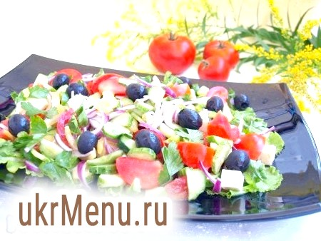 Фото - Маслини викладаємо поверх грецького салату і поливаємо залишилася заправкою. Смачне, яскраве блюдо можна подавати до столу.
