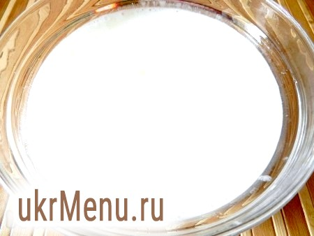 Фото - У кефір всипати соду, перемішати і залишити на кілька хвилин. Потім влити рослинне масло і поступово всипати борошно.