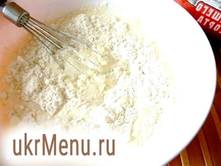 Фото - Картоплю очистити і нарізати невеликими кубиками. Розкласти картоплю поверх м'яса. У кожен горщик додати трохи води (приблизно на 1/3) і поставити в холодну духовку на 1 годину при температурі 190 градусів.