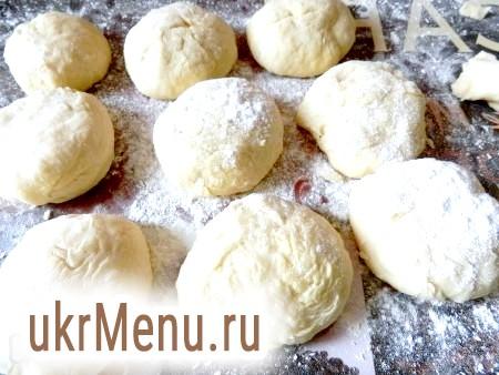 Фото - Готові вареники з вишнею викладати на обробну дошку, присипану борошном, і прибрати в морозилку.
