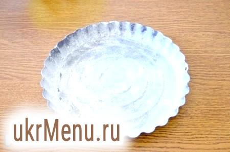Фото - Поки бісквіт печеться, приготуємо форму для пирога. Змащуємо її маслом, посипаємо борошном і ставимо в холодильник.