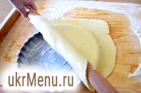 Фото - Коли все готово, приступаємо до складання пирога. Розкачуємо тісто пісочне, товщиною близько 5 мм. Наметовому на качалку і акуратно переносимо на форму.