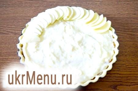 Фото - На верх пирога викладаємо очищені нарізані яблука. Тут все залежить від вашої фантазії.