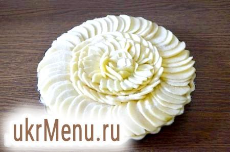 Фото - Посипаємо цукром і ставимо італійський яблучний пиріг із заварним кремом в розігріту до 200 градусів духовку на 10 хвилин, потім зменшуємо температуру до 180 градусів і випікаємо ще 15 хвилин.