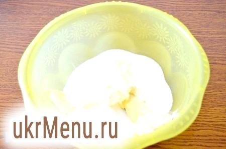 Фото - Готуємо пісочне тісто. Перетираємо масло кімнатної температури з цукром.