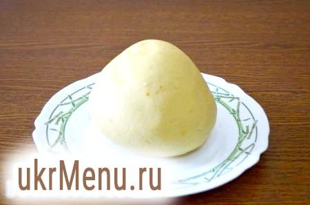 Фото - Після додаємо яйця, швидко перемішуємо, додаємо цедру, борошно, сіль і перемішуємо. Щоб тісто було крихким, вливаємо 1 столову ложку крижаної води. Замішуємо тісто, загортаємо в харчову плівку і кладемо на 30 хвилин у холодильник.