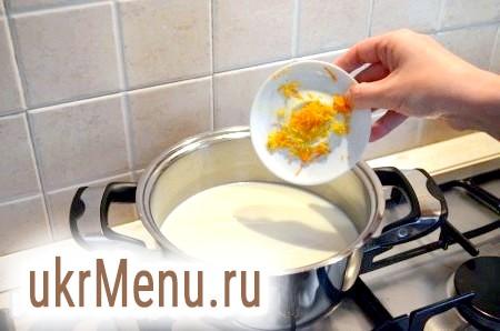 Фото - Поки тісто остигає, готуємо заварний крем. У молоко додаємо цедру і доводимо до кипіння.
