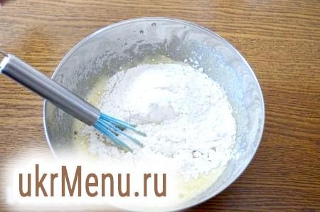Фото - У мисці віночком збиваємо жовтки з цукром, додаємо сік цитрусових і борошно. Енергійно перемішуємо до однорідного стану.