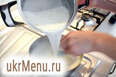 Фото - Кипляче молоко вливаємо в яєчну масу, швидко перемішуємо, щоб яйця не згорнулися. Повертаємо суміш у каструлю і варимо ще 3-4 хвилини, постійно помішуючи.