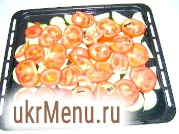 Фото - Шар помідорів зверху кабачків