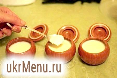 Фото - Покладіть трохи йогурту в кожну баночку.