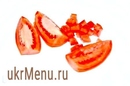 Фото - У помідор видалити внутрішню м'якоть з насінням, нарізати дрібними кубиками.