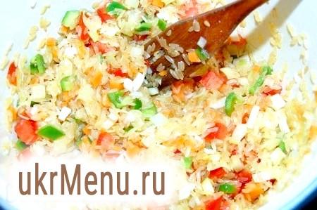 Фото - Перемішати рис з овочами, обсмажувати 5 хвилин, потім додати гарячу воду, сіль, перець. Рівень води повинен перевищувати рівень рису з овочами на 2 пальці. Закрити кришкою і готувати 25 хвилин на маленькому вогнику.