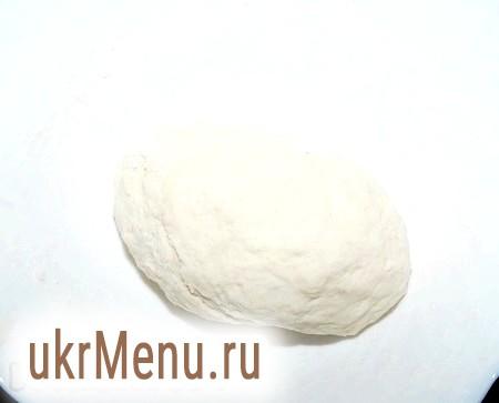 Фото - Заважати тісто для вареників руками. У разі необхідності можна додати борошна. Головне, щоб тісто для вареників залишалося м'яким і не липнуче до рук. Готове тісто накрити рушником і відставити в сторону, поки готується начинка з сиру.