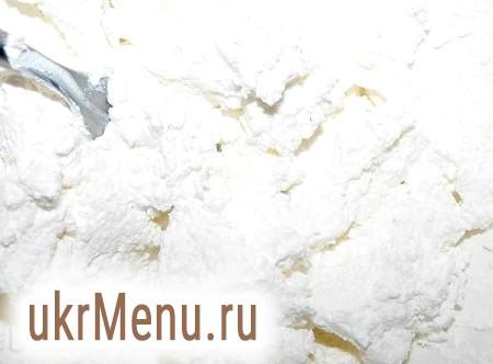 Фото - Для приготування начинки для вареників покласти в миску сир, додати за смаком сіль і цукор. Розмішати і начинка з сиру готова.