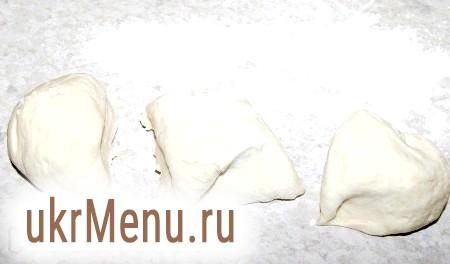 Фото - Дістати тісто і розділити його на три рівні частини.