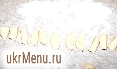 Фото - Кожну частину (по черзі) розкачати ковбаскою і розрізати на порції. Спочатку робимо ковбаску з однієї частини тесту, ліпимо з неї вареники, відправляємо партію готових вареників під рушник і займаємося наступною частиною тіста, а потім обробляємо таким же чином третю частину тіста.