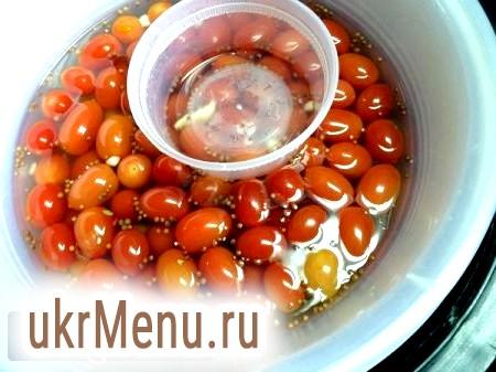 Як засолити помідори в каструлі на зиму