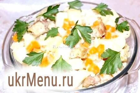 Фото - Готову страву перекласти в іншу ємність, при подачі запечену свинину з картоплею посипати свіжою зеленню.